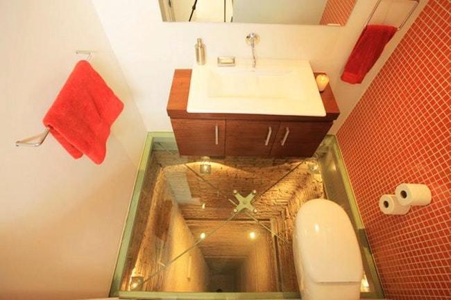 туалет со стеклянным полом