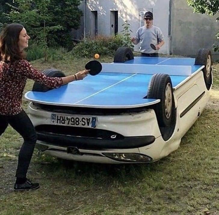 люди играют в пинг понг
