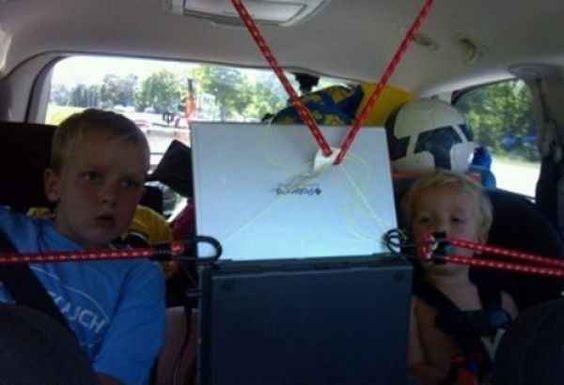 дети смотрят планшет в машине