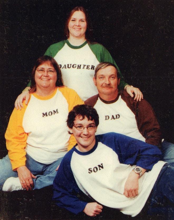 семейное фото: семья в похожих свитерах