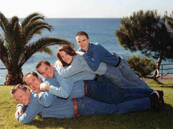 семья лежит друг на друге