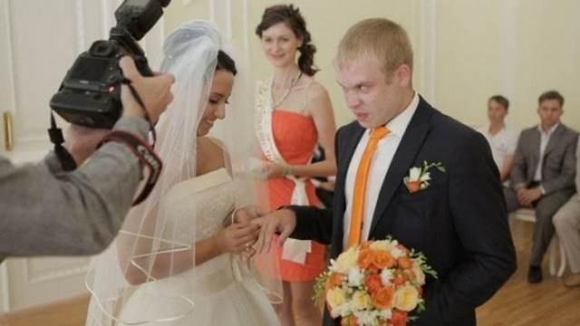 жених и невеста в загсе