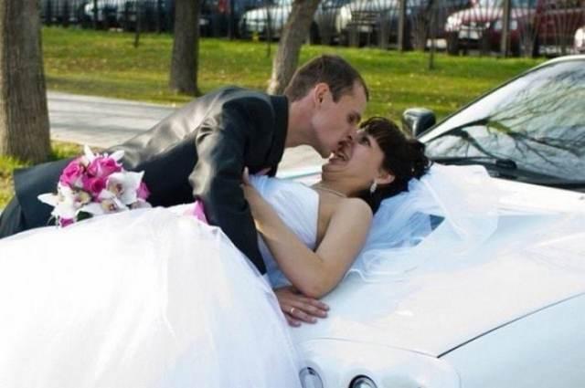 жених и невеста на машине