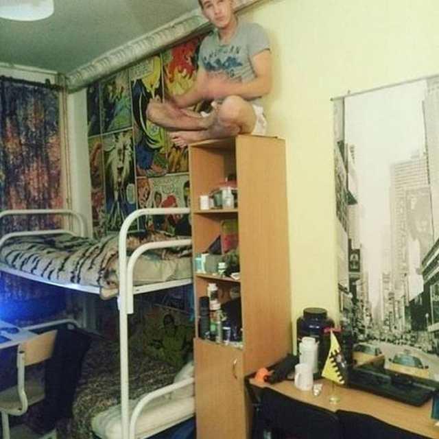 студент сидит на шкафу