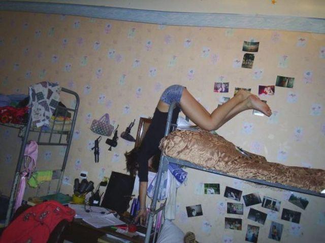 девушка в студенческом общежитии