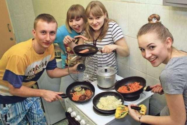 студенты с едой