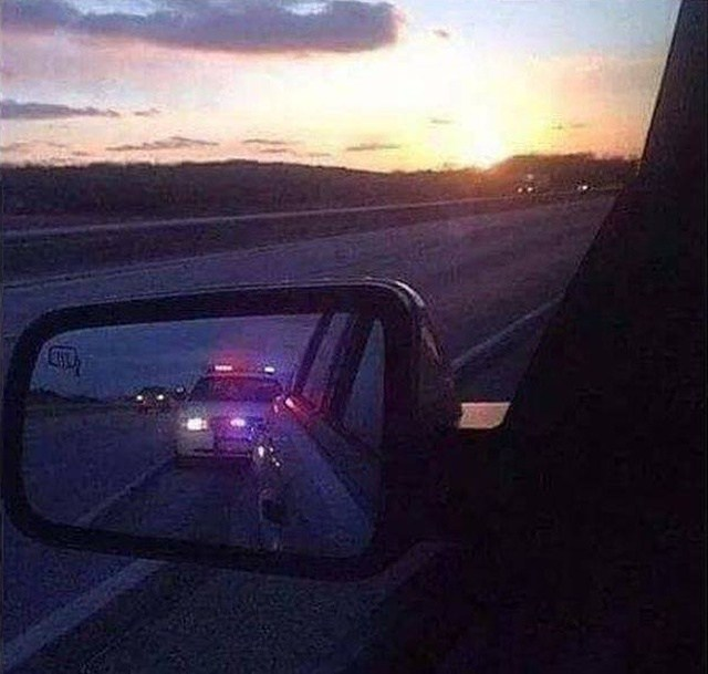 полицейская машина в зеркале авто