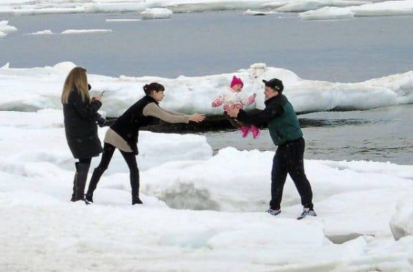 папа бросает маме ребенка