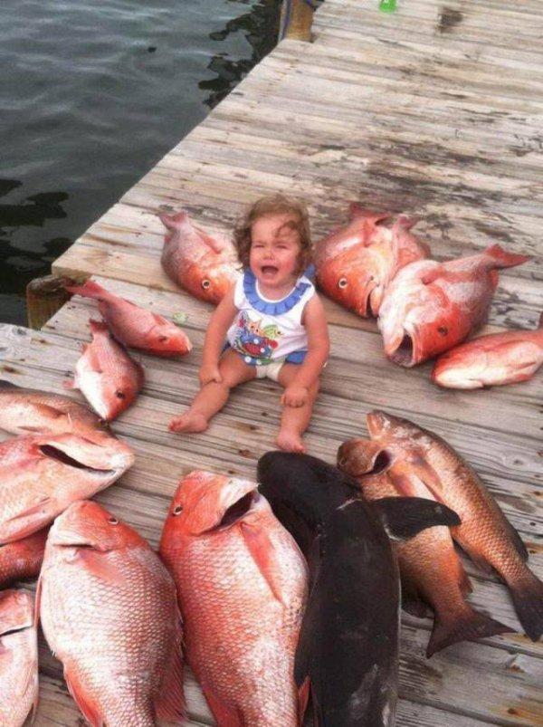 девочка плачет посреди рыбы