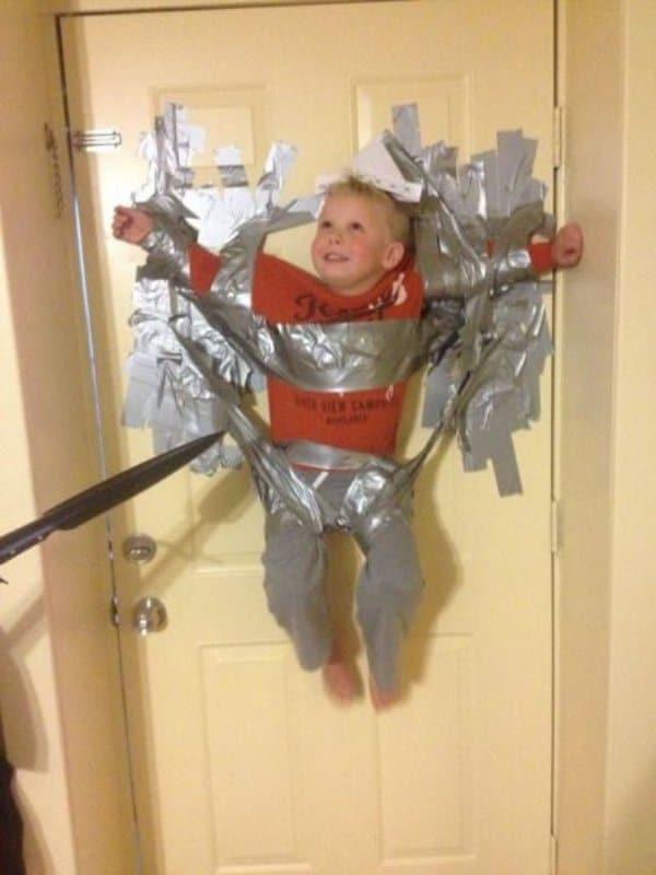 ребенок приклеен скотчем к двери
