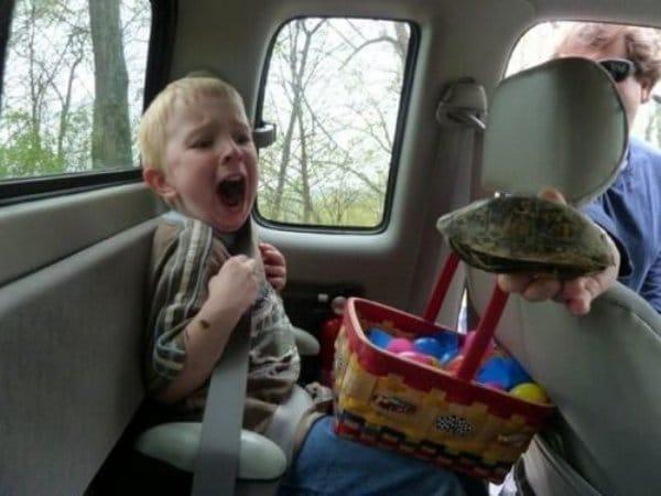 мальчик на заднем сидении авто