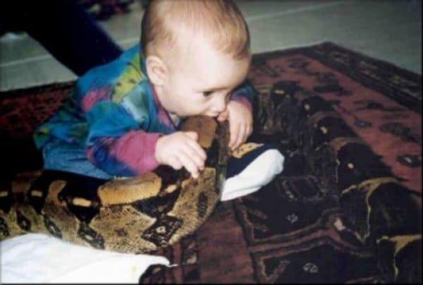 ребенок кусает змею
