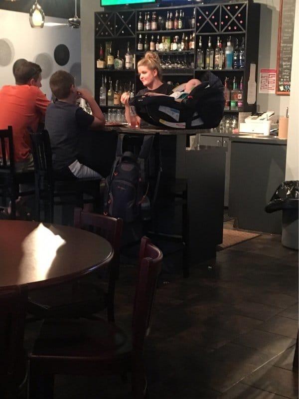 ребенок на барной стойке