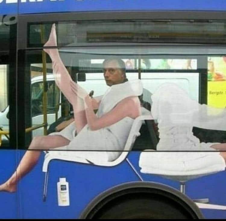 мужчина в автобусе