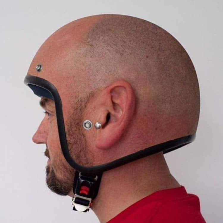 мужчина в шлеме