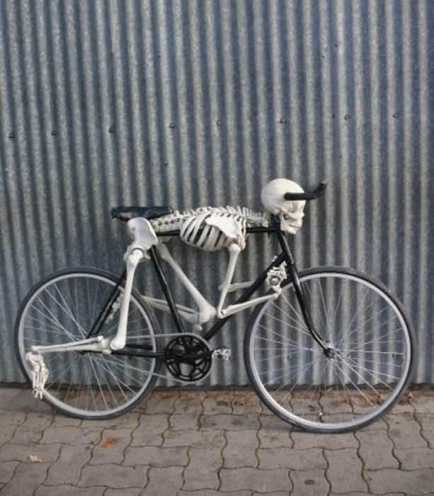 скелет на велосипеде