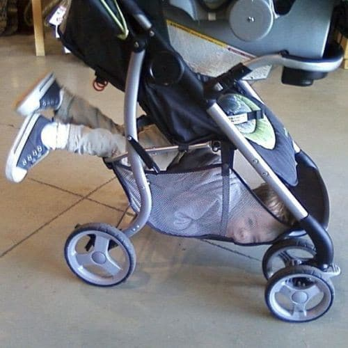 ребенок под коляской