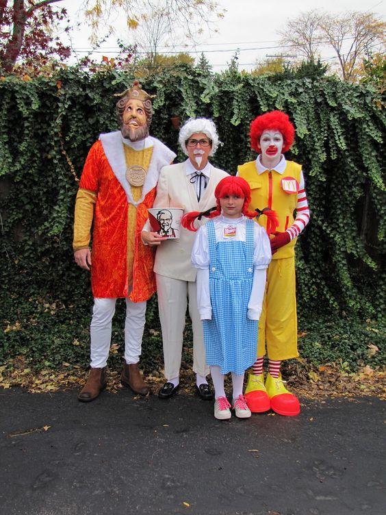 люди в костюме представителей фаст-фуда