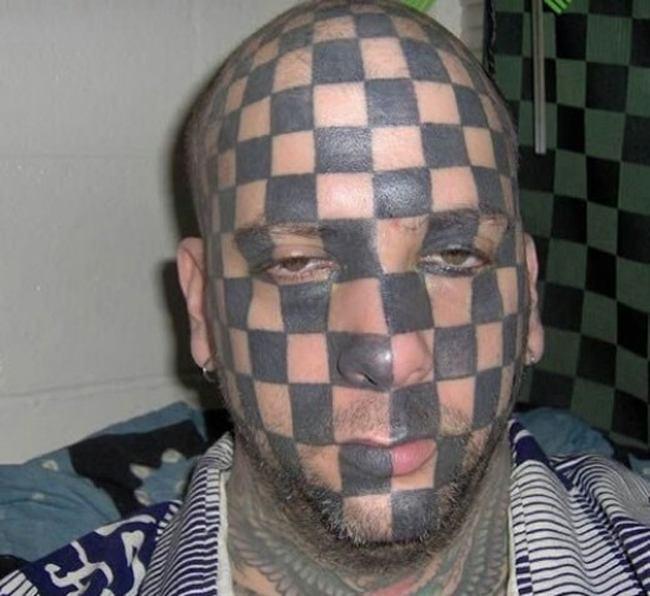 парень с татуировкой на лице