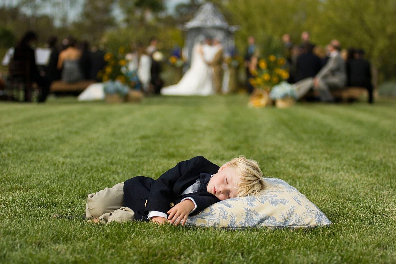 мальчик спит на газоне