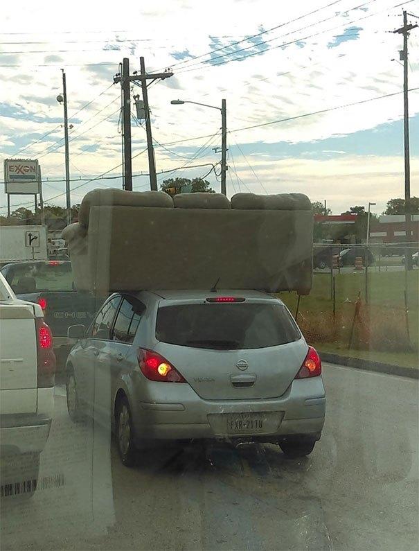 диван на крыше машины
