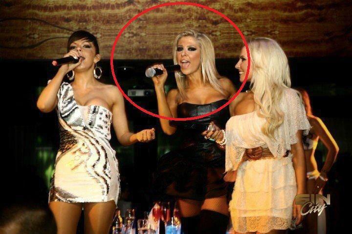 три девушки с микрофонами