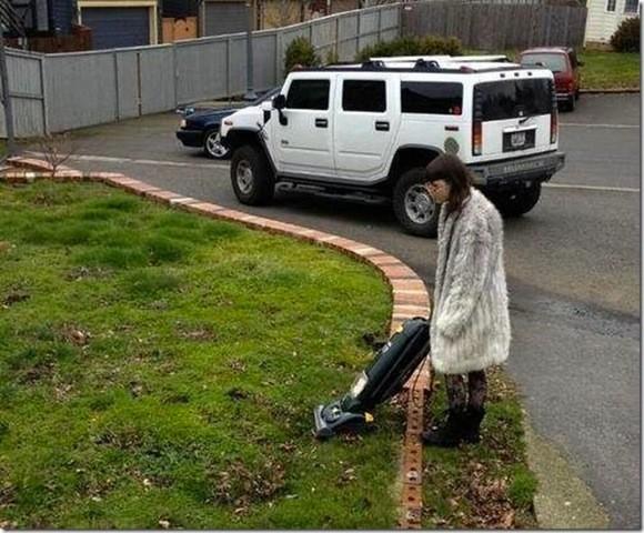женщина с пылесосом на улице