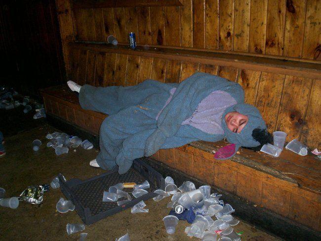 парень спит среди стаканчиков