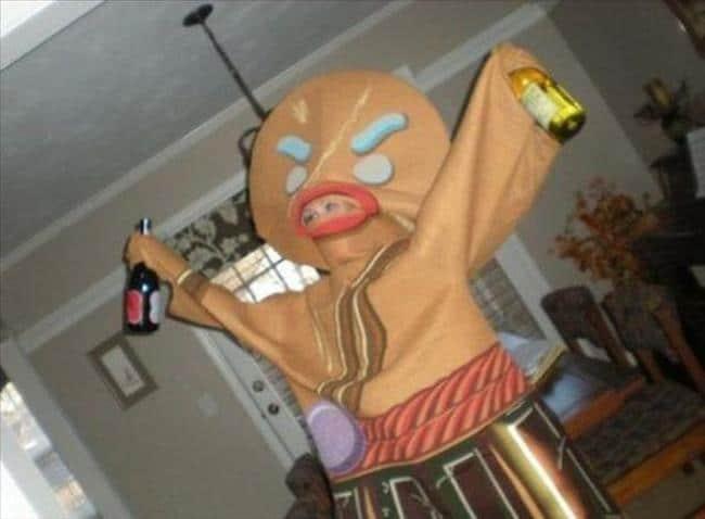 девушка в костюме пряничного человечка