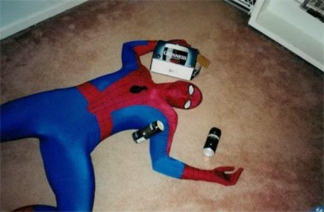 человек-паук лежит на полу