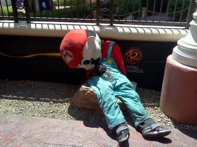 парень в костюме Марио
