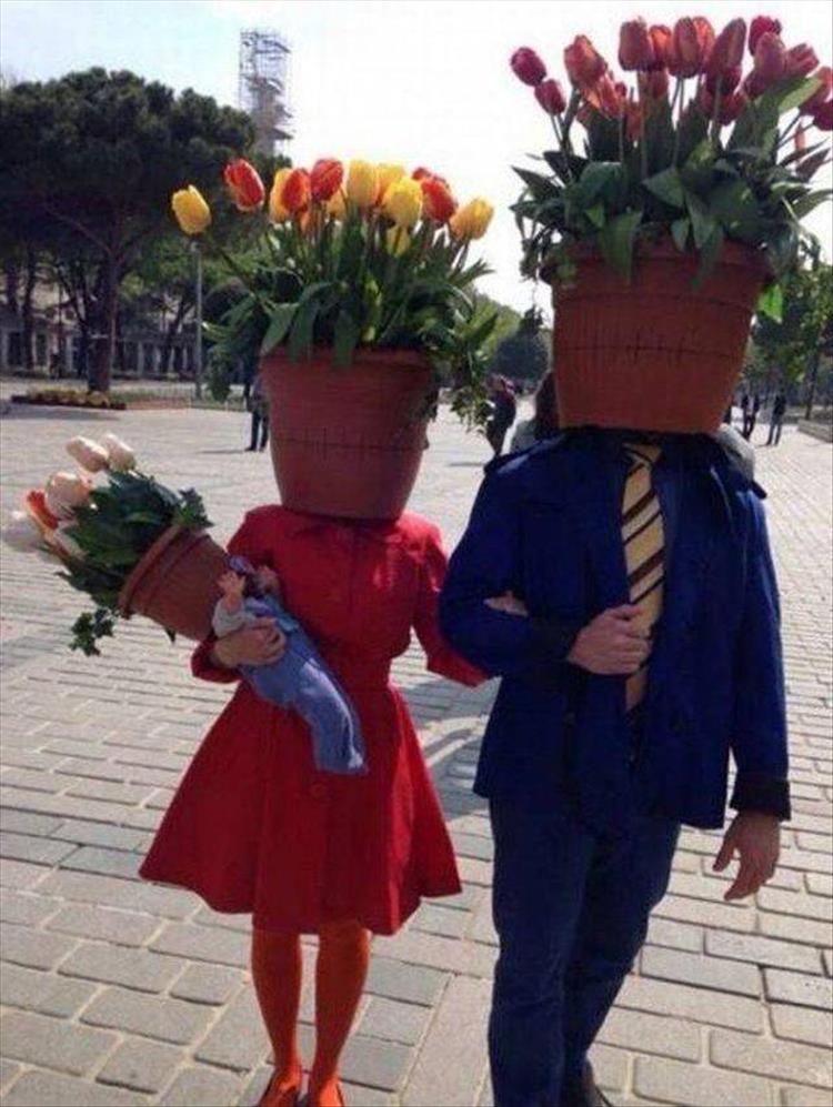 пара с цветами вместо головы