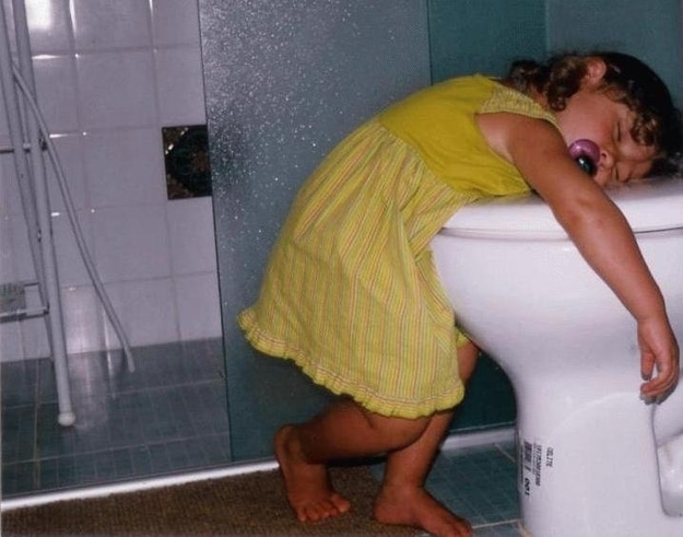 девочка спит на унитазе