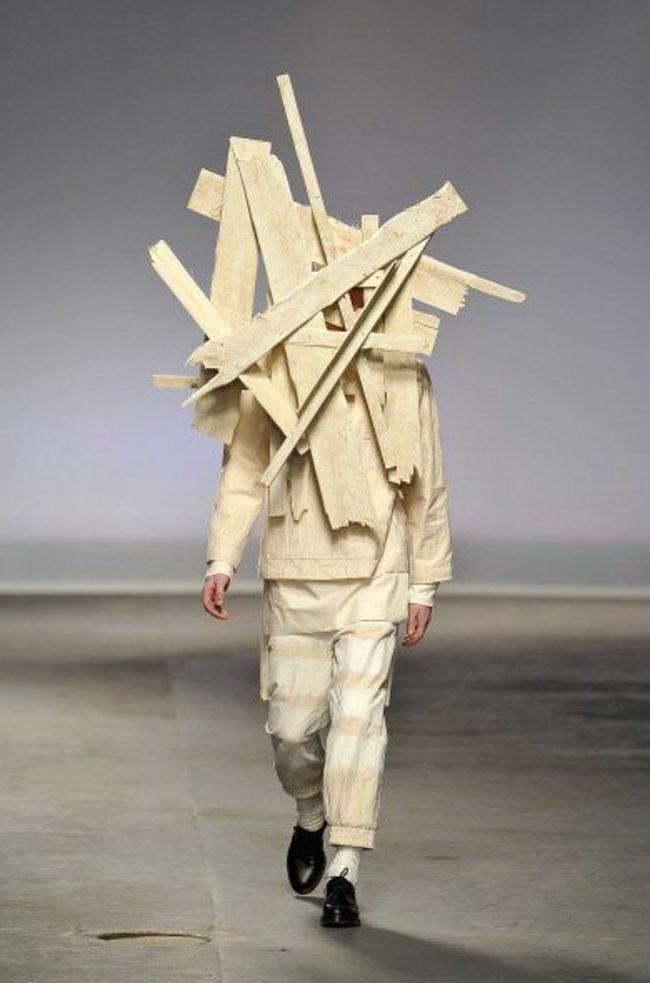 парень модель в странном костюме