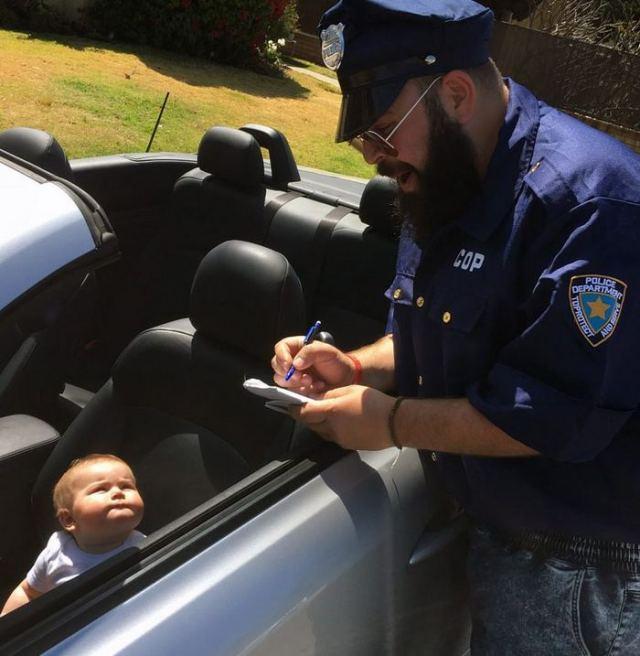 полицейский рядом с машиной