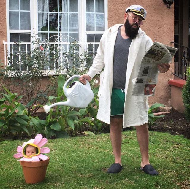 мужчина поливает цветок в горшке