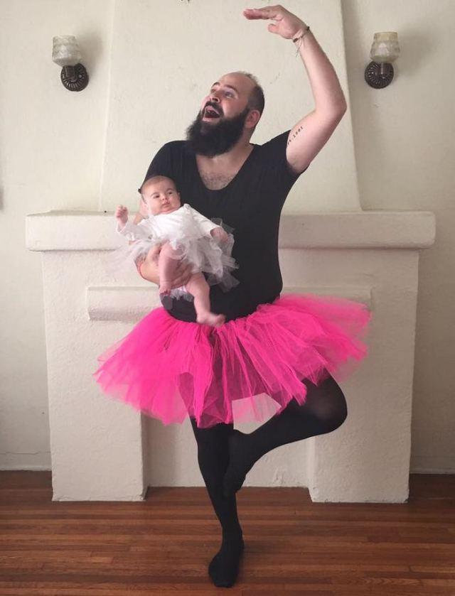 мужчина с дочкой в балетных пачках