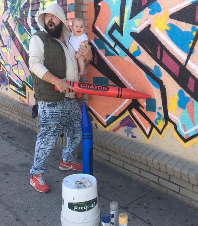 папа с дочкой на руках