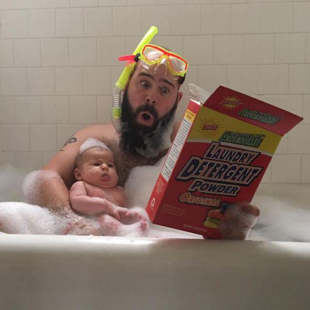 папа с дочкой в ванне