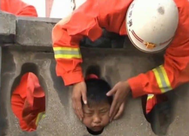 мальчик застрял головой в перилах моста