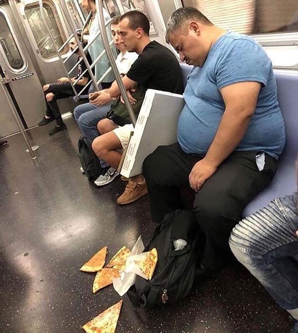 мужчина уронил пиццу