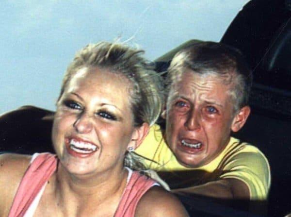 женщина с сыном на американских горках