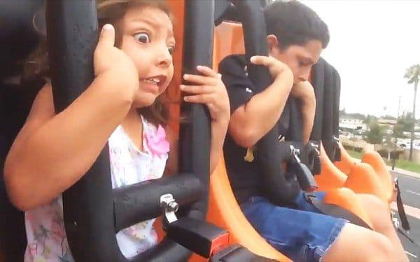 испуганная девочка на американских горках