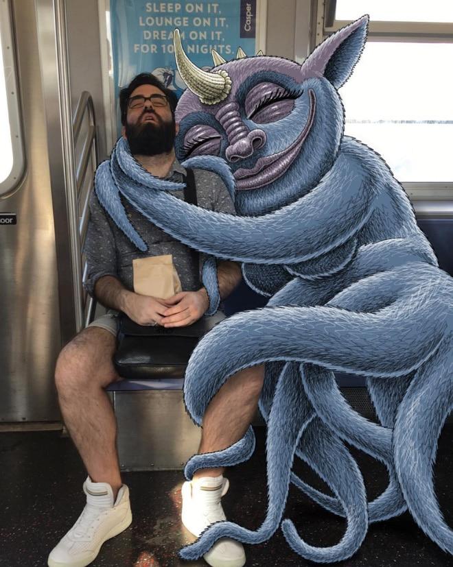 мужчина спит в метро
