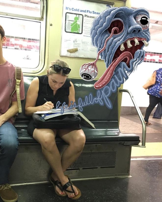 девушка пишет в метро