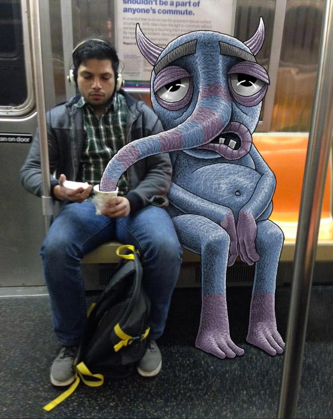 парень в метро рядом с монстром