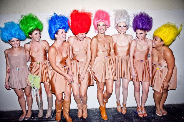 девушки в костюмах троллей