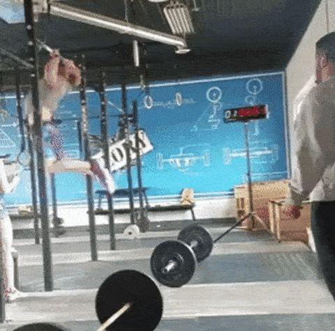 мужчина подтягивается в спортзале