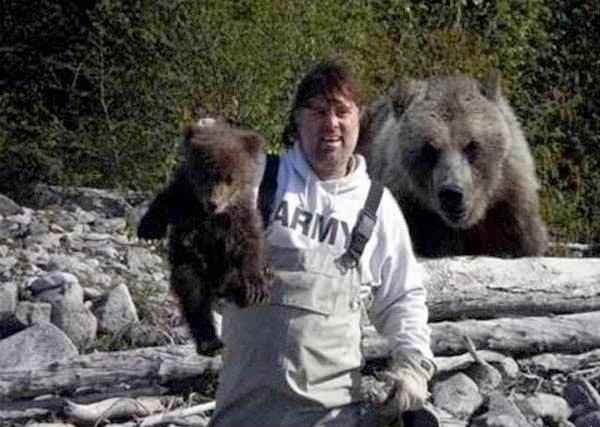 мужчина с медведями
