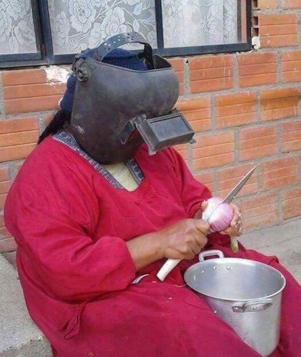 женщина в сварочной маске